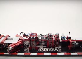 Maszyna do składania papierowych samolotów zrobiona z klocków LEGO