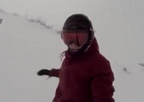 Pościg niedźwiedzia za niczego nieświadomą snowboardzistą – szokujący filmik