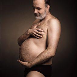 Reklama Bergedorfer Bier: Mężczyźni obejmują swoje piwne brzuchy niczym kobiety w ciąży swoje dzieci