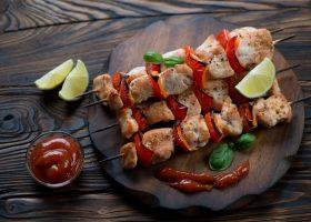 Przepis na szybką i solidną porcję białka: szaszłyki z kurczaka