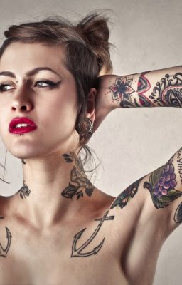 Co tak naprawdę oznaczają tatuaże, tipsy i kolczyki – jak je rozczytywać?